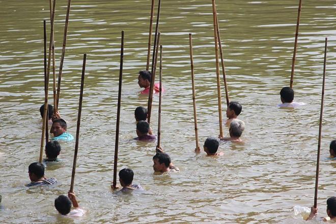 Choáng trước cảnh có 102: Cả làng nhảy xuống sông Tích bắt cá - Ảnh 2.