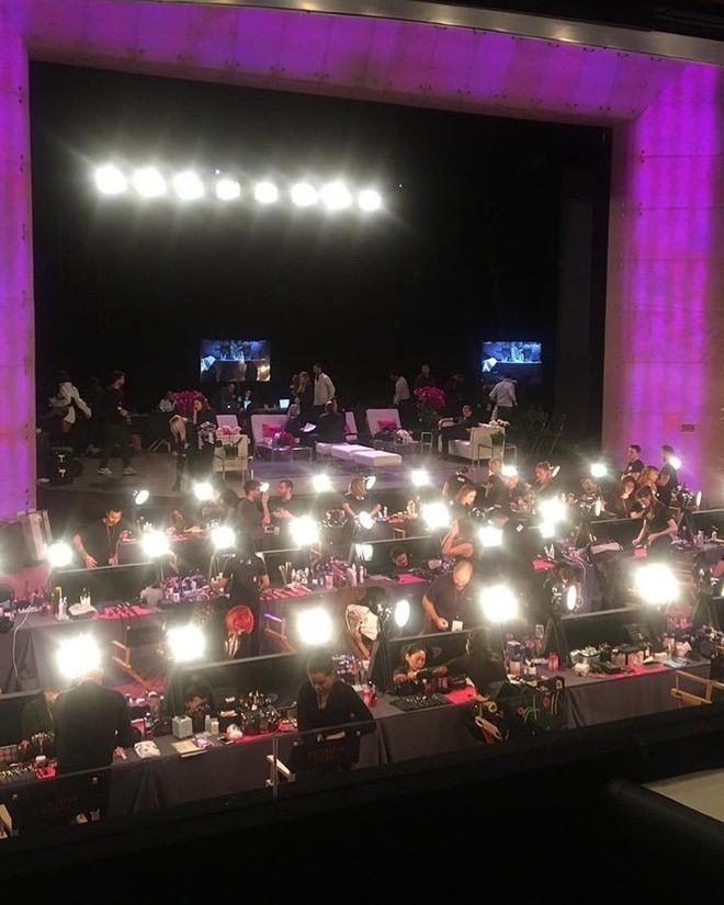 Tận tối mới diễn, nhưng giờ các thiên thần Victorias Secret đã bắt đầu trang điểm, làm tóc - Ảnh 2.