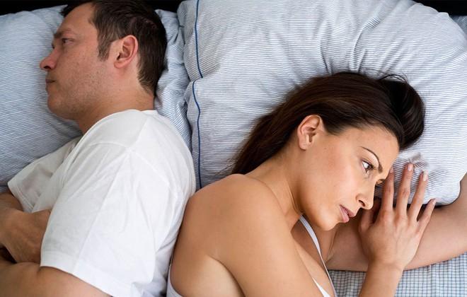 5 lỗi cơ bản phụ nữ vô tình mắc phải khiến đàn ông lạnh nhạt dần chuyện gối chăn - Ảnh 1.