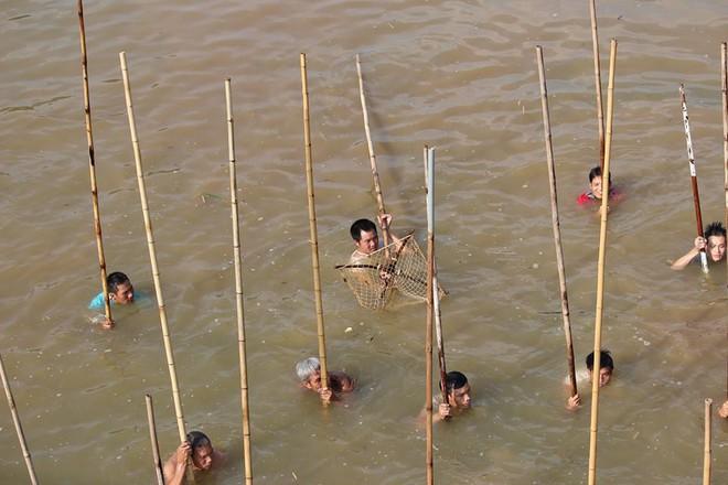 Choáng trước cảnh có 102: Cả làng nhảy xuống sông Tích bắt cá - Ảnh 3.