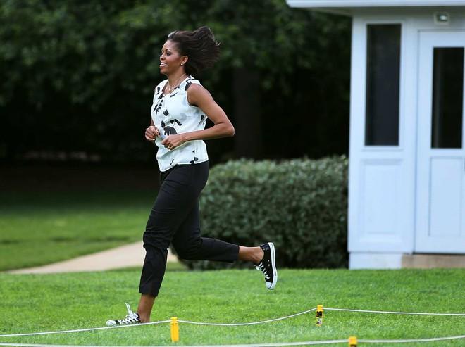 Ai thích diện hàng hiệu đắt tiền chứ bà Michelle Obama chỉ trung thành quần legging giá bình dân thôi! - Ảnh 4.