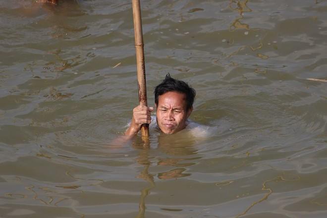 Choáng trước cảnh có 102: Cả làng nhảy xuống sông Tích bắt cá - Ảnh 7.