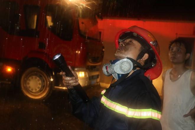 Thanh Hóa: Hàng chục cảnh sát cứu 7 người mắc kẹt trong đám cháy nhà cao tầng
