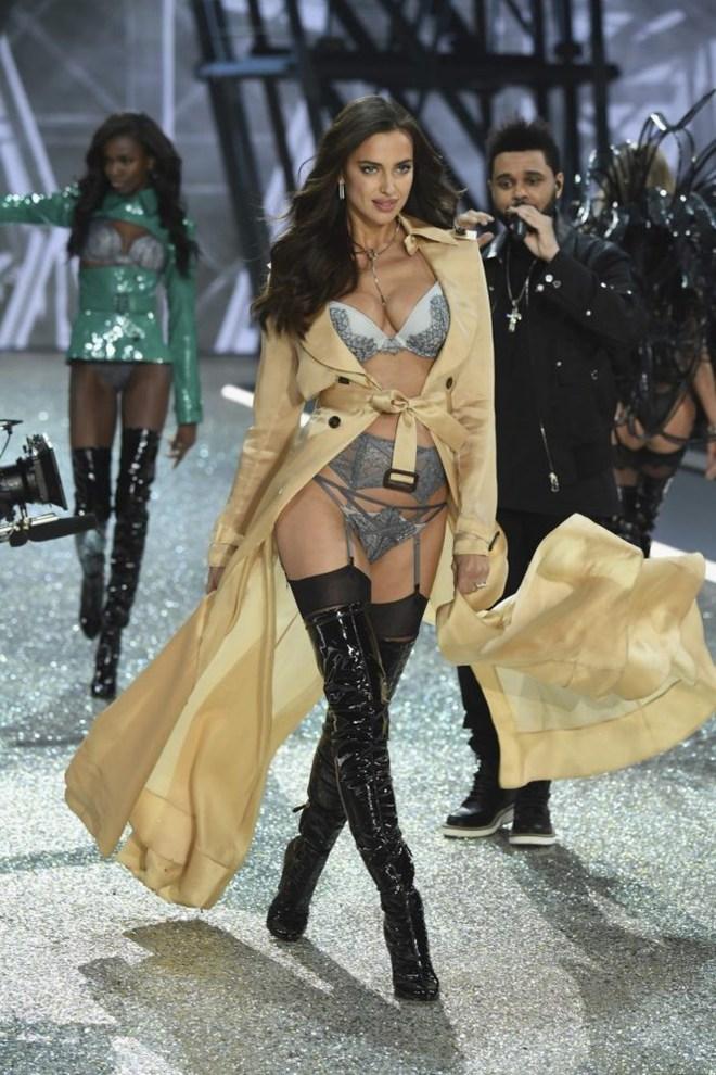 Vừa nhận diễn show Victorias Secret 2017, Behati lại phải xin nghỉ vì bụng bầu đã vượt mặt - Ảnh 7.