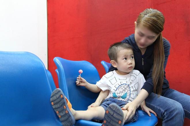 Bé trai nghi bị bỏ rơi trước cổng bệnh viện Từ Dũ đã được mẹ ruột đón về - Ảnh 1.