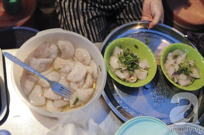 Chiều lạnh, ghé hàng bánh bột lọc không tên của bà chủ mẹ hoa khôi nổi danh phố Ngọc Lâm - Ảnh 6.