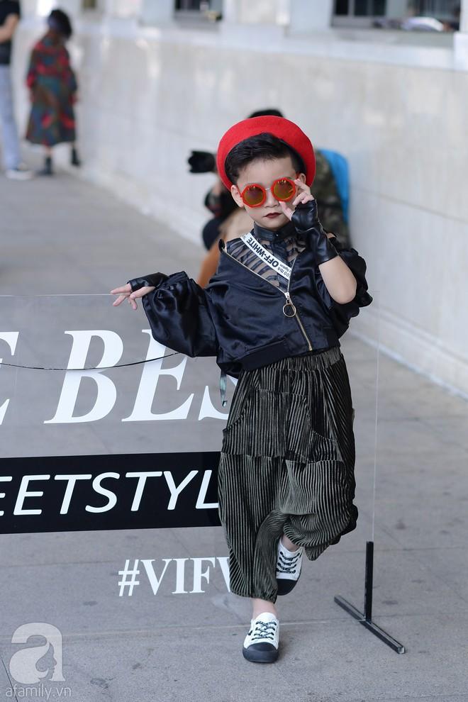 Tổng kết VIFW: Nổi bật nhất là street style vừa cool ngầu vừa yêu của loạt fashionista nhí  - Ảnh 2.
