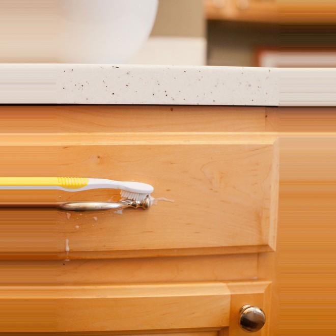 Tôi đã khám phá ra cách làm sạch tủ bếp bằng gỗ chỉ trong tích tắc với 5 bước đơn giản - Ảnh 3.