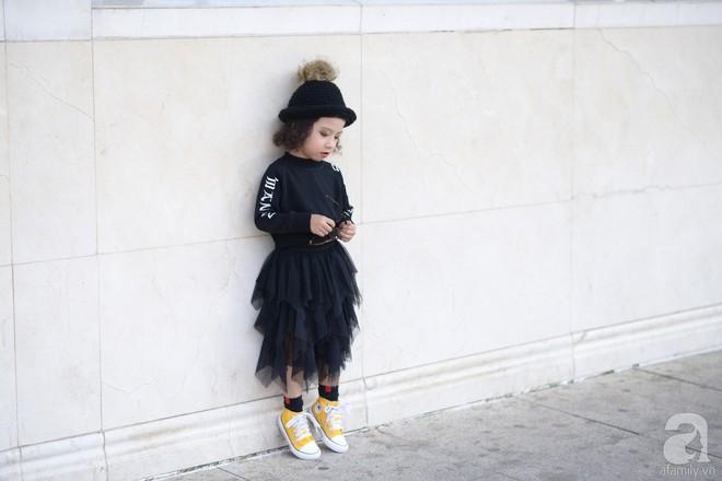 Tổng kết VIFW: Nổi bật nhất là street style vừa cool ngầu vừa yêu của loạt fashionista nhí  - Ảnh 4.