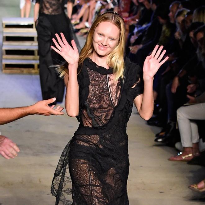 Cười rớt hàm 500 pha ngã sấp mặt của người mẫu sàn catwalk khiến khán giả ngao ngán: Cô là ai, cô đi ra đi! - Ảnh 5.