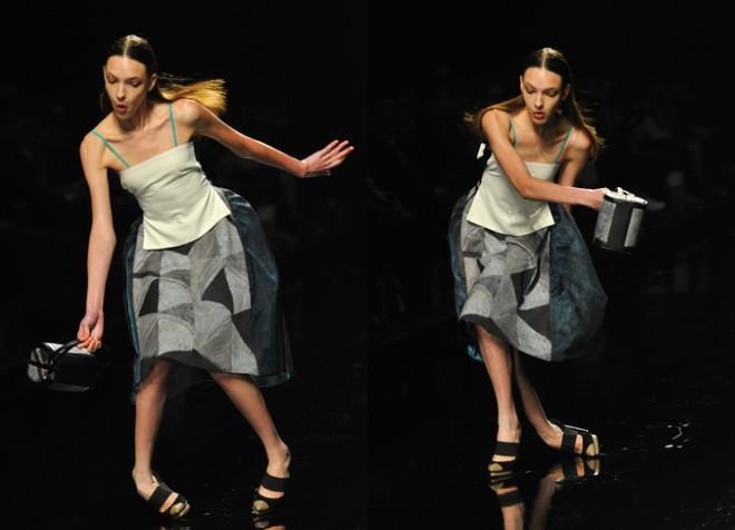 Cười rớt hàm 500 pha ngã sấp mặt của người mẫu sàn catwalk khiến khán giả ngao ngán: Cô là ai, cô đi ra đi! - Ảnh 3.