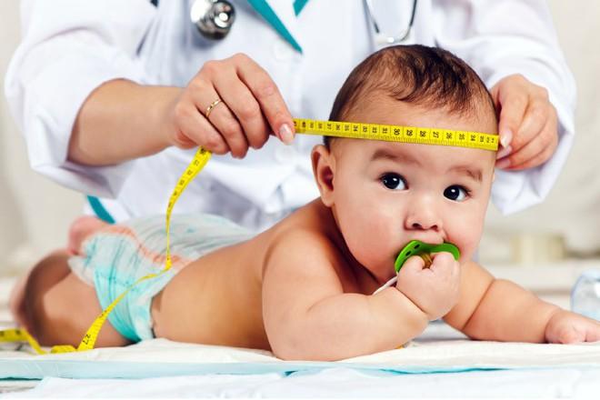 Đây là các dấu mốc phát triển của trẻ sơ sinh trong 1 năm đầu đời - Ảnh 1.