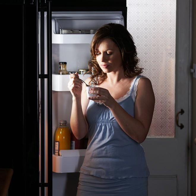 Không chỉ khiến vòng eo phình ra, ăn khuya có thể giết chết bạn: Đây là lý do tại sao - Ảnh 4.
