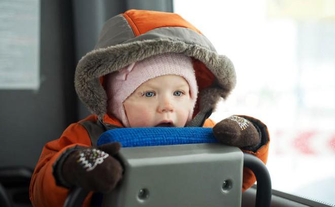 18 quy tắc an toàn bố mẹ cần nhớ để tránh các tai nạn nguy hiểm cho con khi đi xe buýt, taxi, ô tô riêng - Ảnh 2.