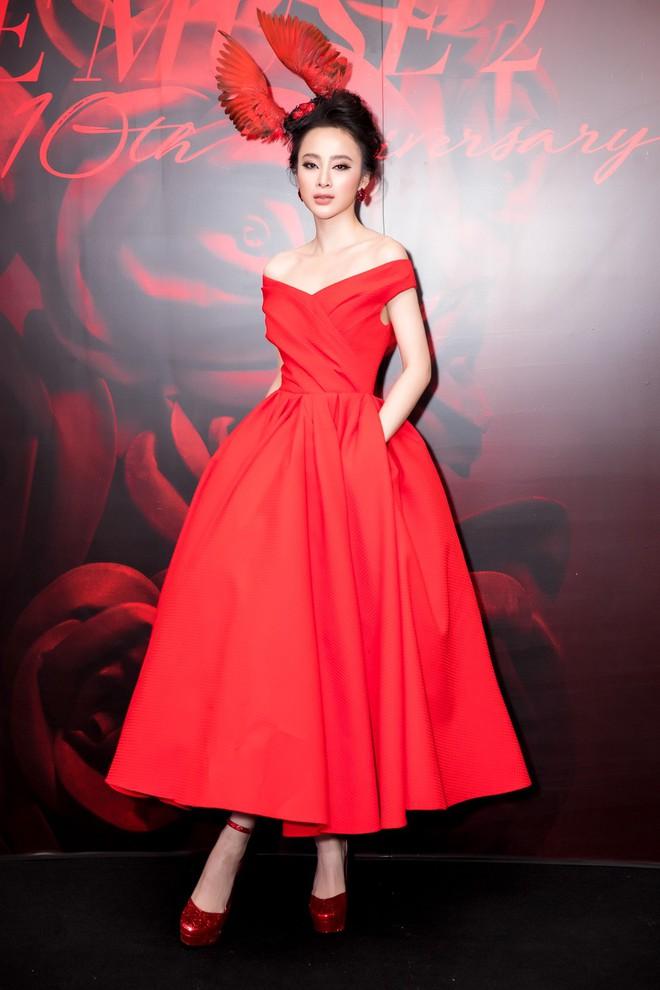 Angela Phương Trinh xuất hiện với thần thái quyến rũ, đội mũ cánh chim tỏa sáng trên thảm đỏ thời trang - Ảnh 1.