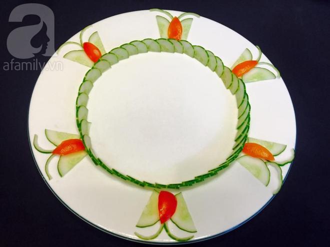 Chỉ với cà chua và dưa chuột bạn đã có thể trang trí đĩa ăn cực bắt mắt - Ảnh 5.