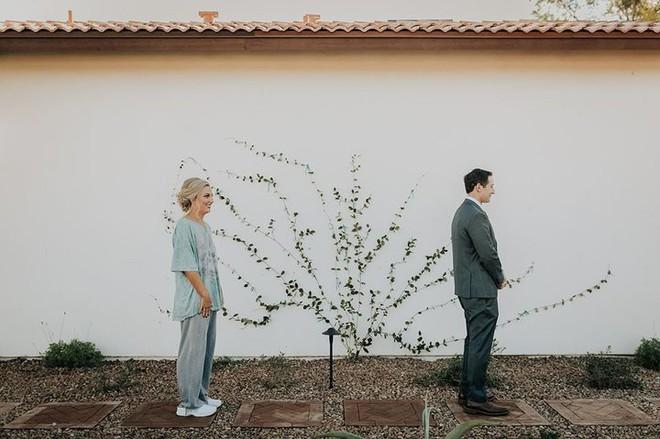 Cứ ngỡ sẽ thấy cô dâu đoan trang trong váy cưới, chú rể nào ngờ quay người lại thấy điều lạ lùng - Ảnh 3.