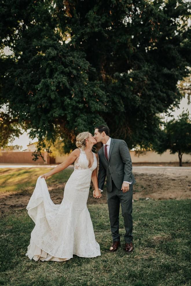 Cứ ngỡ sẽ thấy cô dâu đoan trang trong váy cưới, chú rể nào ngờ quay người lại thấy điều lạ lùng - Ảnh 9.