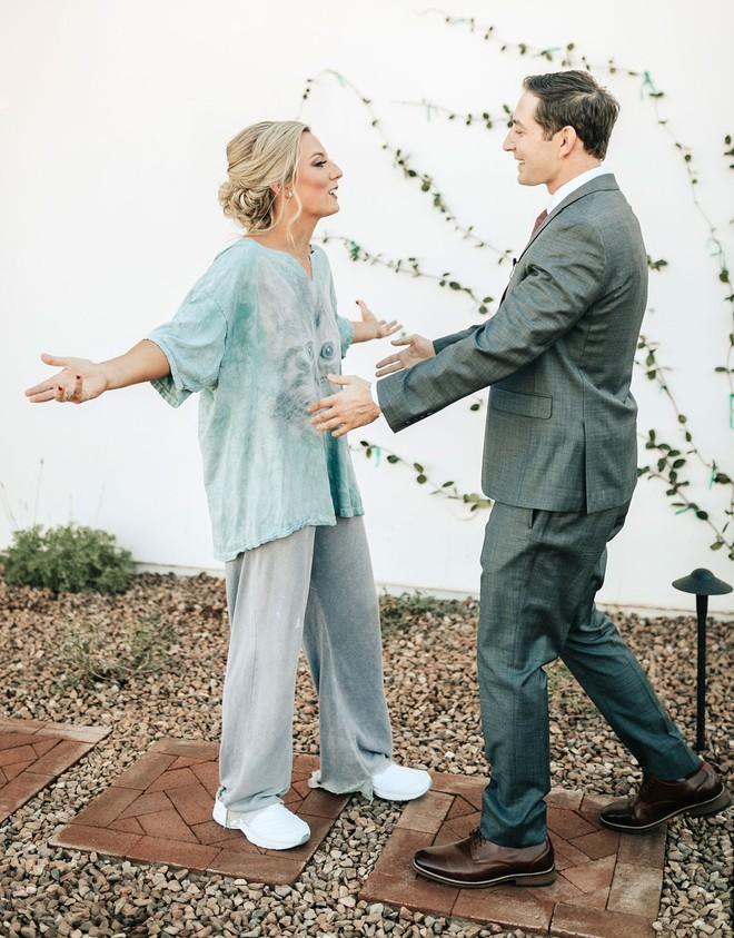 Cứ ngỡ sẽ thấy cô dâu đoan trang trong váy cưới, chú rể nào ngờ quay người lại thấy điều lạ lùng - Ảnh 6.
