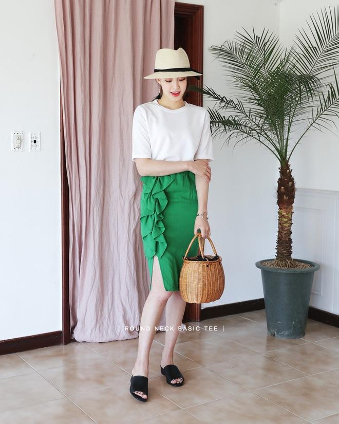 Thử kết hợp chân váy cùng áo phông: tưởng không hợp mà hợp không tưởng - Ảnh 10.