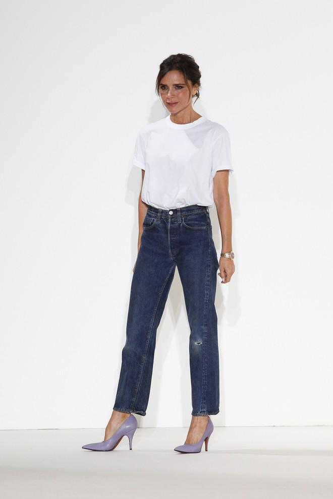 Victoria Beckham diện quần jeans, áo phông trắng đơn giản khi ra mắt BST mới - Ảnh 1.