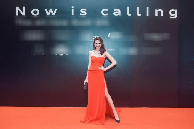 Thanh Hằng diện váy cúp ngực đỏ quyến rũ khoe chân dài, ngực đầy - Ảnh 1.