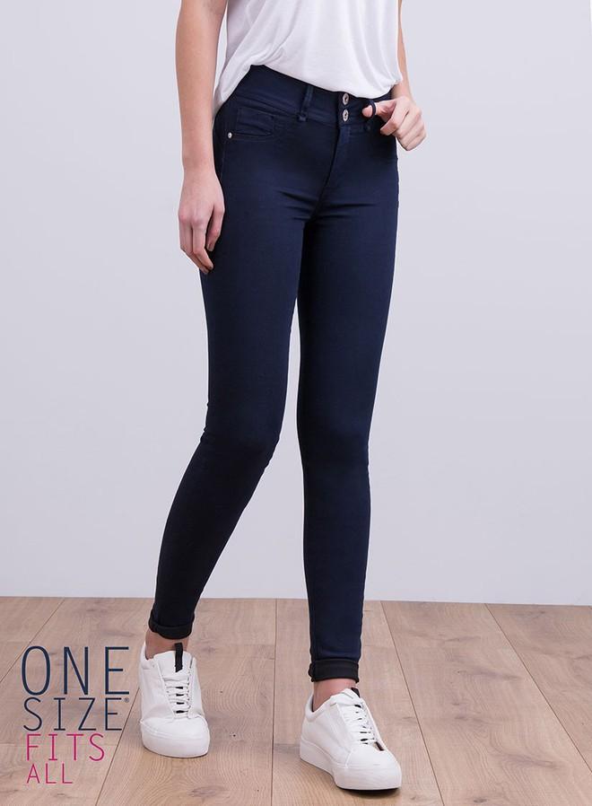 6 cô nàng này đã thử chiếc quần jeans được quảng cáo là vừa mọi kích cỡ, và kết quả nhận được thật bất ngờ - Ảnh 2.