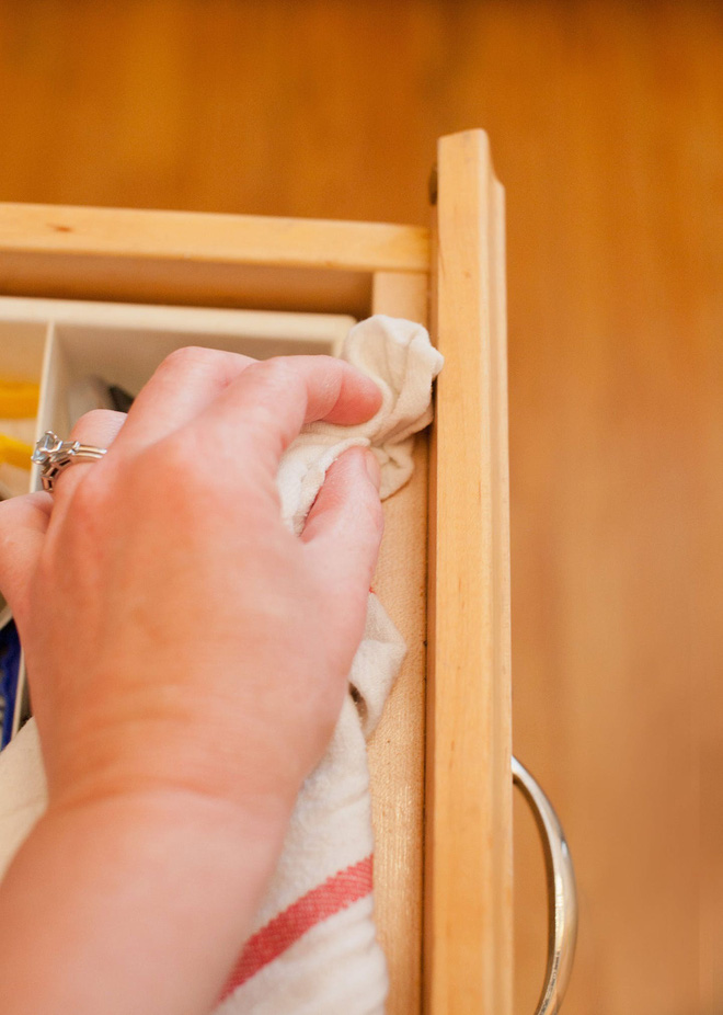 Tôi đã khám phá ra cách làm sạch tủ bếp bằng gỗ chỉ trong tích tắc với 5 bước đơn giản - Ảnh 5.