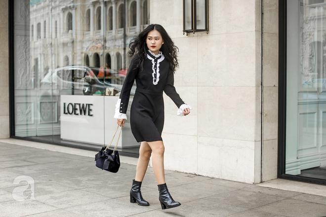 Minh Hiếu cũng khá là kín đáo khi chọn một bộ váy dài tay màu đen cho street style của mình.