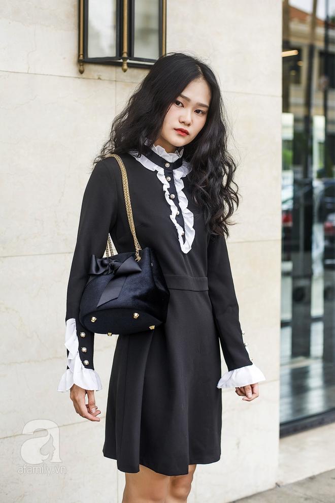Bộ váy tuy là trơn màu nhưng điểm xuyết chi tiết tay loe nhẹ, xếp bèo điệu đà phần cổ áo, mặc dù kín cổng cao tường nhưng vẫn mềm mại, thanh thoát chứ không đơn điệu một chút nào.