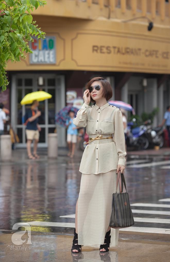 Ngay cả đến một cơn mưa rào cũng không thể làm giảm phong độ mặc đẹp của các nàng ngày cuối tuần. Quý cô này kín đáo với một set matchy cả cây nude nền nã, đôi sandals đan dây to bản tưởng chẳng liên quan nhưng lại chính là nét chấm phá khá lạ cho cả set đồ.