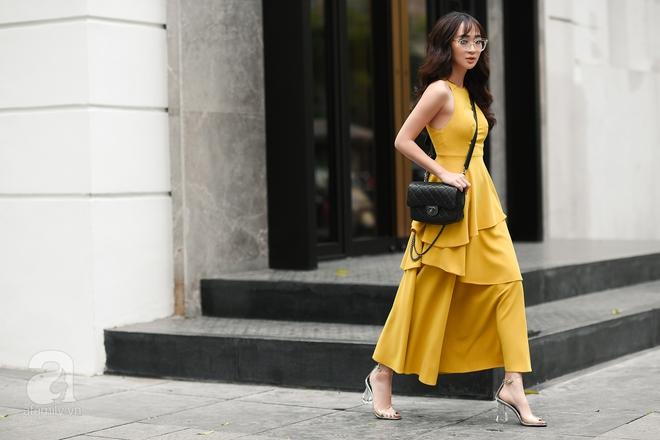 Quý cô này lại có phần sang chảnh hơn khi diện một thiết kế váy maxi vàng mutat.