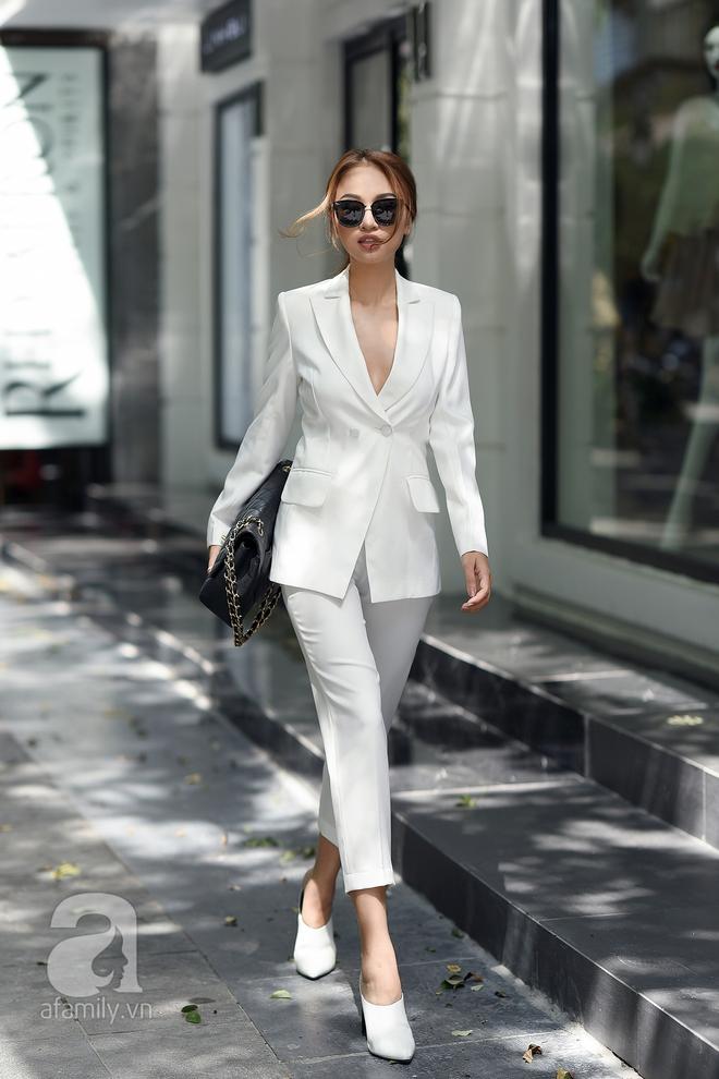 Thanh lich nhưng vẫn sang chảnh, kín đáo mà nổi bật sức hút đầy vẻ quyến rũ, đó chính là hình ảnh của quý cô này khi dạo phố với một bộ suit trắng.