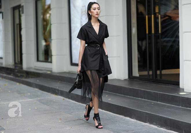 Đối lập với tông màu trắng ở trên là tông đen tuyền với thiết kế váy phối voan xuyên thấu lạ mắt.
