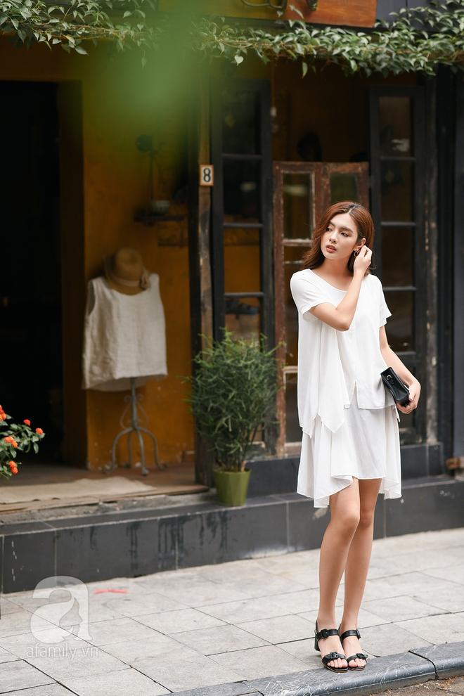 Nếu như quý cô trên thời thượng sang chảnh thì cô nàng này lại nhẹ nhàng thanh thoát hơn khi diện một thiết kế váy suông màu trắng tinh khôi kết hợp cùng đôi sandals khá điệu và clutch cầm tay dáng hộp nhỏ xinh.