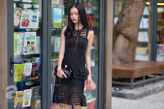 Bộ váy lấp ló những khoảng hở tinh tế vừa đủ kín đáo vừa đủ gợi cảm cho Pall thu hút mọi ánh nhìn xung quanh. Kết hợp cùng váy ren cô nàng chọn cho mình phụ kiện túi và giày cao gót cũng cùng tông màu với váy.