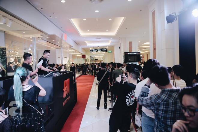 TRỰC TIẾP: Vừa mở cửa 1 giờ, khách hàng đến mua sắm chật cứng cả store H&M  - Ảnh 2.