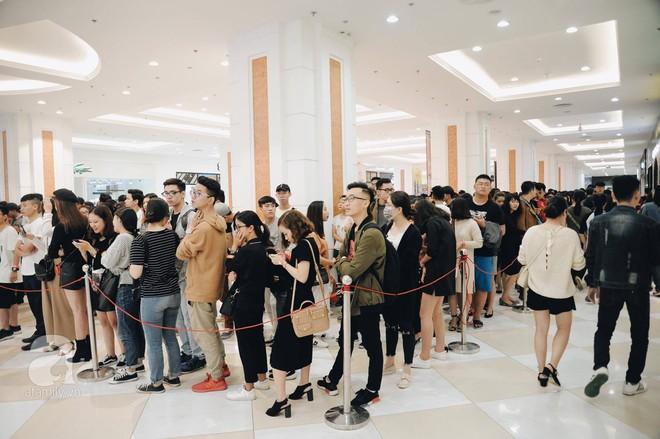 TRỰC TIẾP: Vừa mở cửa 1 giờ, khách hàng đến mua sắm chật cứng cả store H&M  - Ảnh 3.