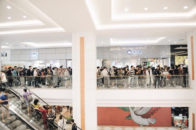 TRỰC TIẾP: Vừa mở cửa 1 giờ, khách hàng đến mua sắm chật cứng cả store H&M  - Ảnh 4.