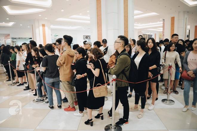 TRỰC TIẾP: Vừa mở cửa 1 giờ, khách hàng đến mua sắm chật cứng cả store H&M  - Ảnh 5.