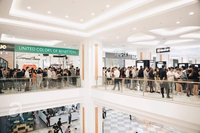 TRỰC TIẾP: Vừa mở cửa 1 giờ, khách hàng đến mua sắm chật cứng cả store H&M  - Ảnh 6.