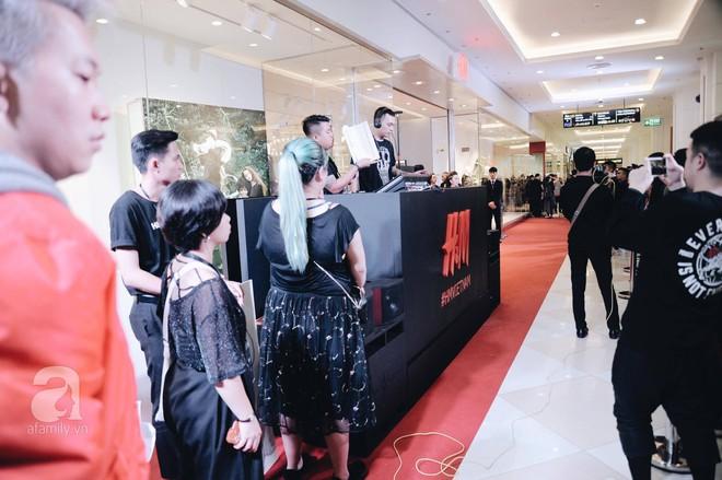 TRỰC TIẾP: Vừa mở cửa 1 giờ, khách hàng đến mua sắm chật cứng cả store H&M  - Ảnh 7.