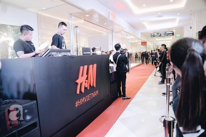 TRỰC TIẾP: Vừa mở cửa 1 giờ, khách hàng đến mua sắm chật cứng cả store H&M  - Ảnh 8.