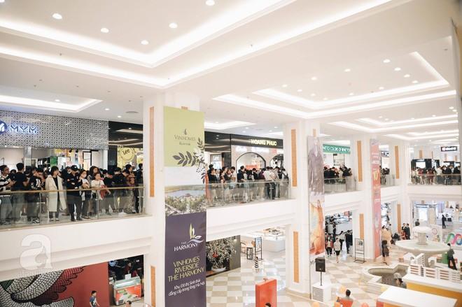 TRỰC TIẾP: Vừa mở cửa 1 giờ, khách hàng đến mua sắm chật cứng cả store H&M  - Ảnh 9.