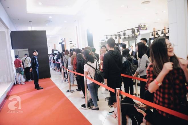 TRỰC TIẾP: Vừa mở cửa 1 giờ, khách hàng đến mua sắm chật cứng cả store H&M  - Ảnh 10.