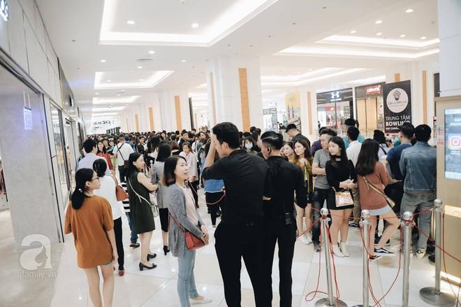 TRỰC TIẾP: Vừa mở cửa 1 giờ, khách hàng đến mua sắm chật cứng cả store H&M  - Ảnh 11.