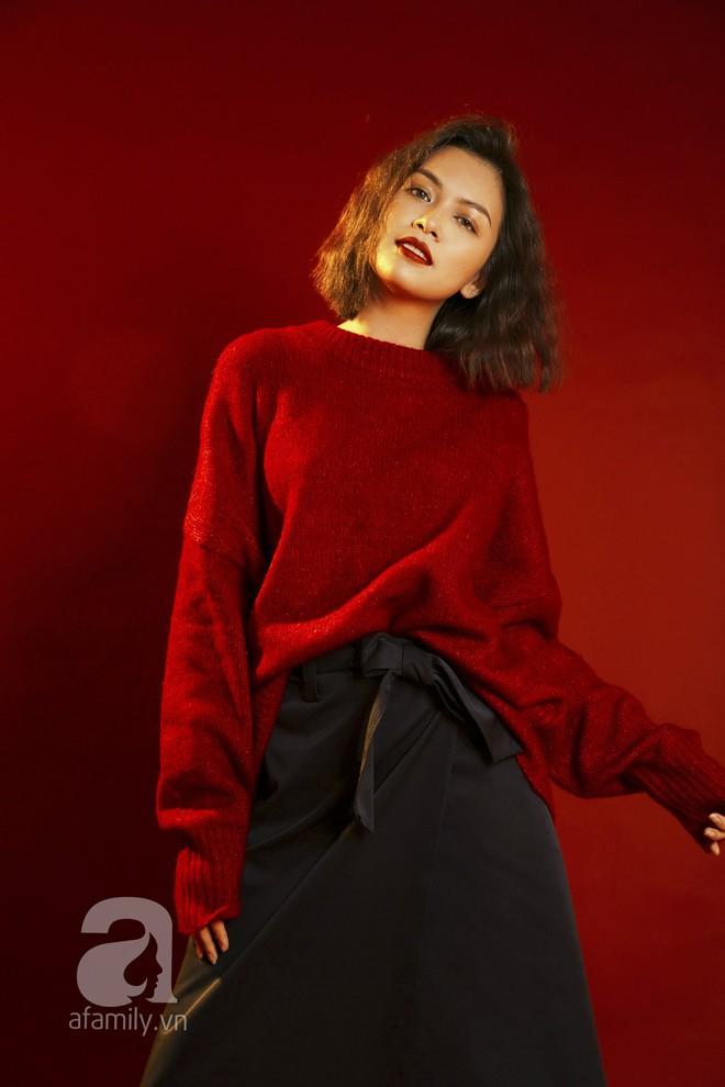 Lên đồ đẹp mĩ mãn cho những buổi tiệc tùng cuối năm với gam màu đỏ đen - Ảnh 1.