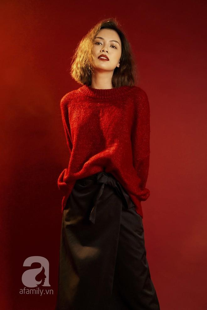 Lên đồ đẹp mĩ mãn cho những buổi tiệc tùng cuối năm với gam màu đỏ đen - Ảnh 2.