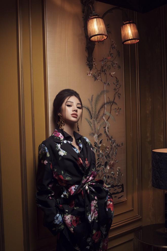 Hoa hậu con nhà giàu Jolie Nguyễn đẹp quyến rũ đến khó cưỡng với phong cách cổ điển - Ảnh 1.
