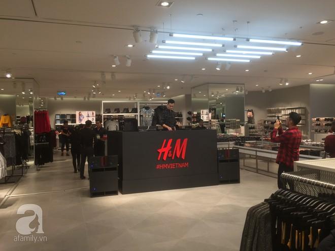 Trực tiếp: Những hình ảnh đầu tiên bên trong store của H&M tại Hà Nội - Ảnh 1.